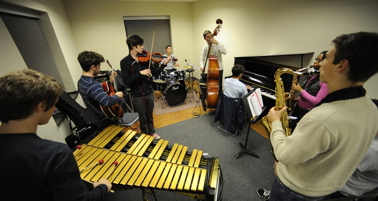 Settlement jazz students rehearse together